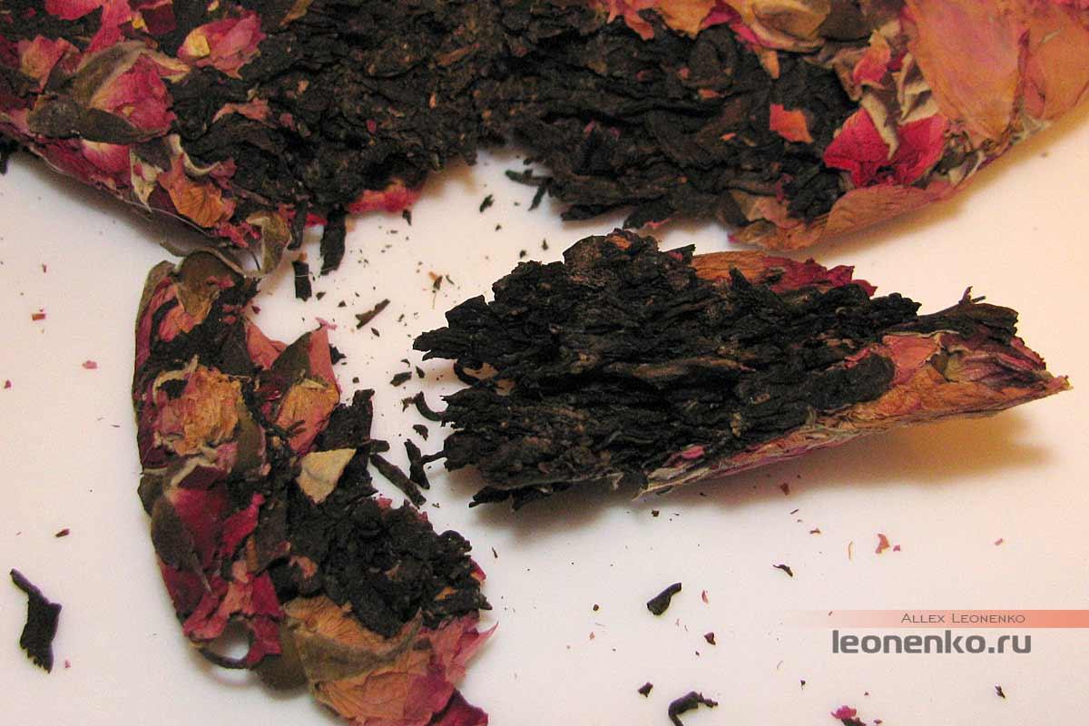 Дянь Хун с бутонами розы в блине бин ча - внутреннее содержание блина