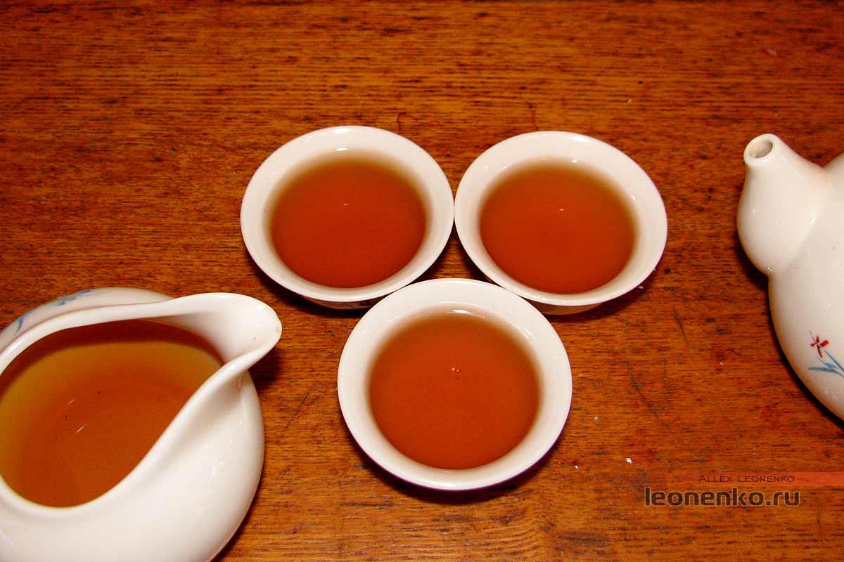 Дянь Хун с бутонами розы в блине бин ча - приготовленный чай, первая порция