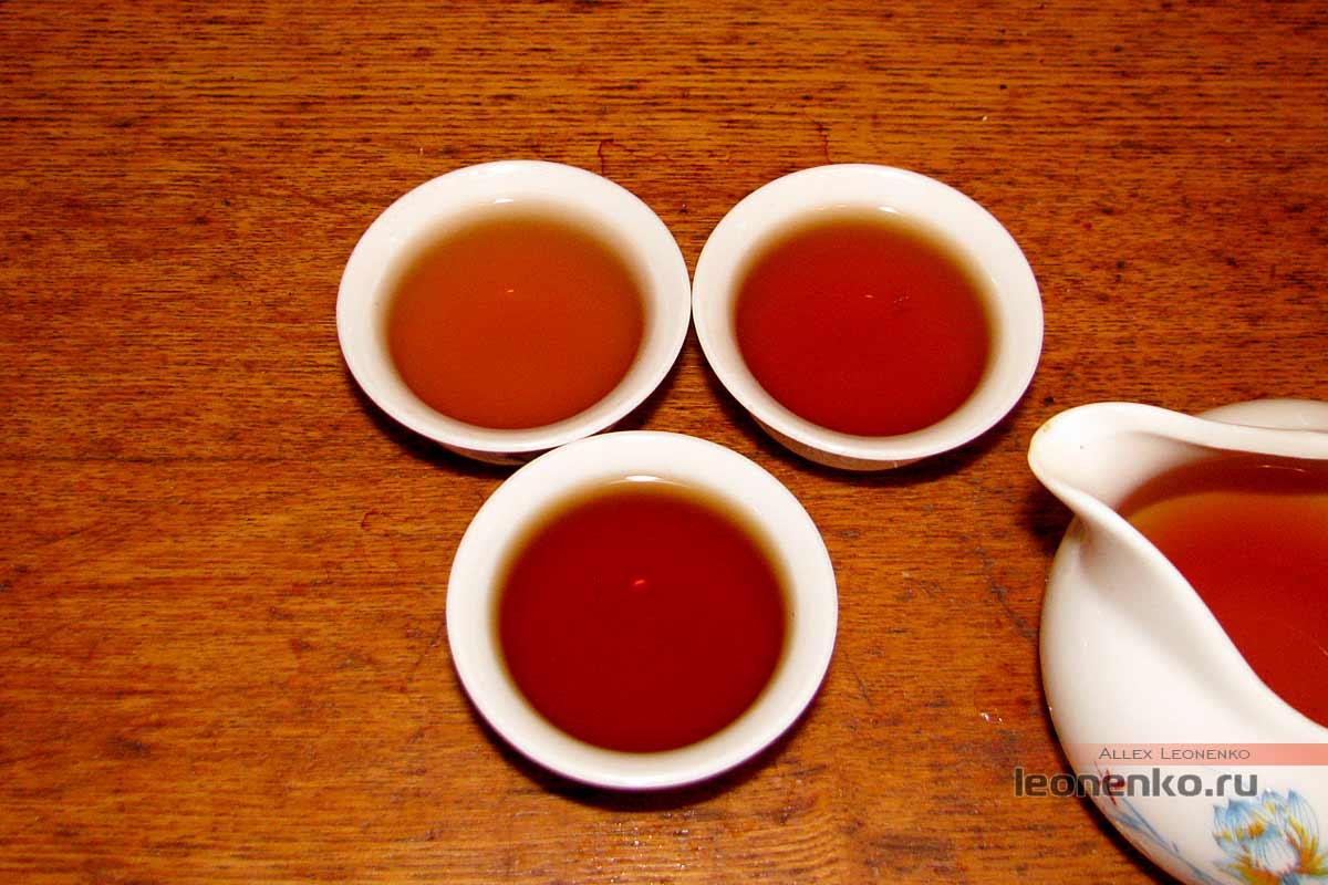 Дянь Хун с бутонами розы в блине бин ча - приготовленный чай, вторая порция