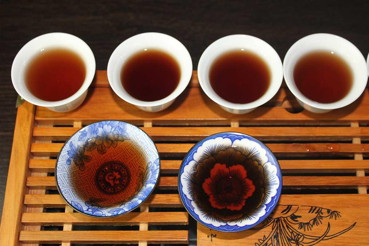 Сравнение цвета настоя чая, приготовленного разным способом.
