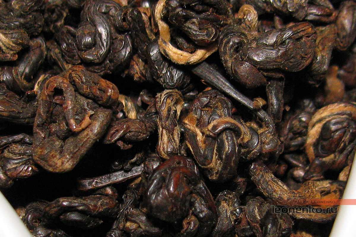 Юньнаньский красный чай biluo от фабрики Fenghetang - чай крупным планом