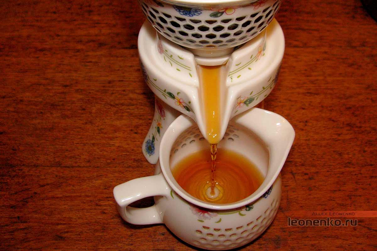 Юньнаньский красный чай biluo от фабрики Fenghetang - приготовленный чай