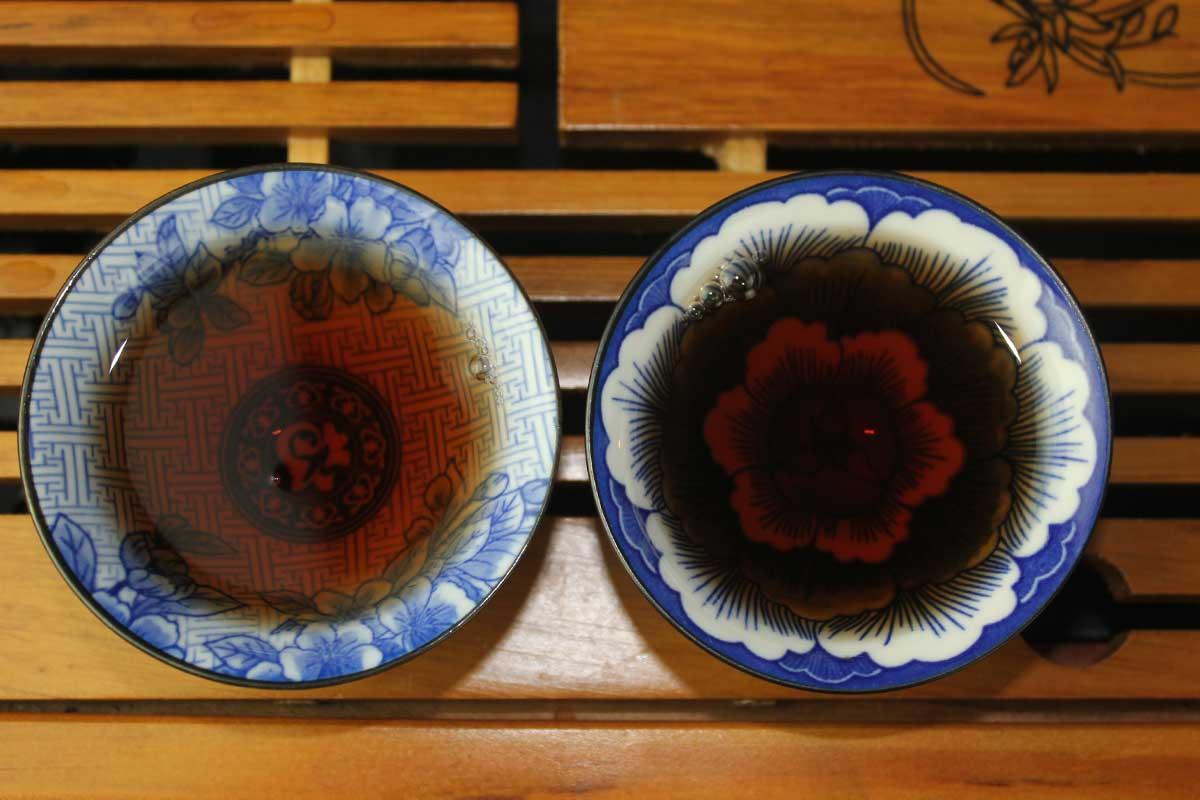 Старые чайные головы, приготовленные варкой, первая варка справа, вторая - слева