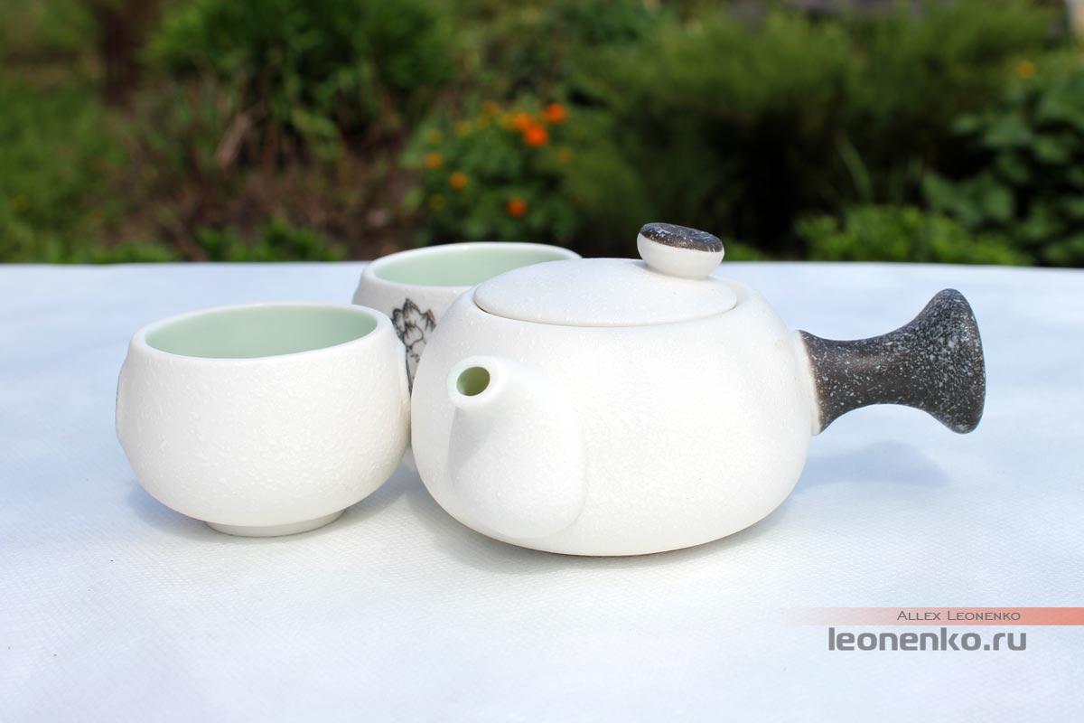 Фарфоровый чайник с боковой ручкой