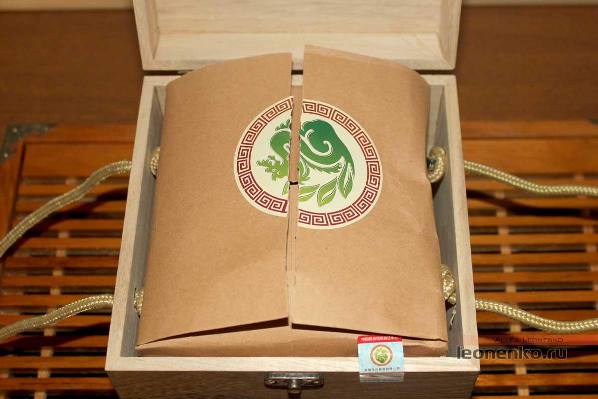 Упаковка с чаем внутри коробки