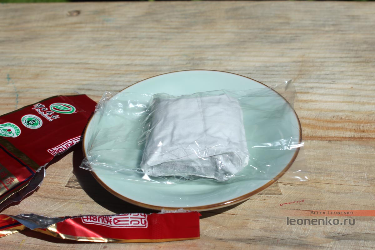 Упакованный брикет чая